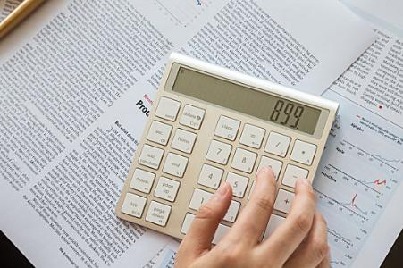 用什么指标衡量公司现价和未来的价值?